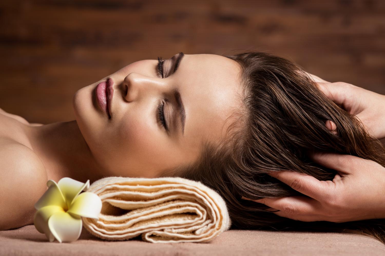 Kvinder, som nyder at få masseret hovedbunden med arganolie